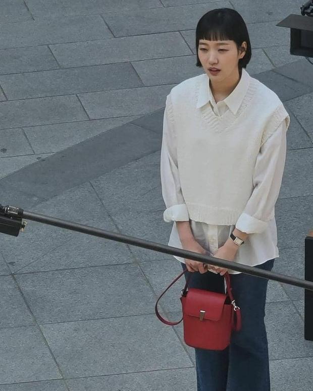 Lộ hình ảnh Kim Go Eun để mái ngố quê một cục, bám đuôi soái ca đầu bết tông lào ở phim mới - Ảnh 7.