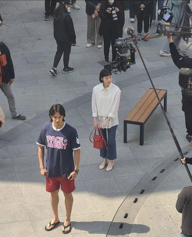 Lộ hình ảnh Kim Go Eun để mái ngố quê một cục, bám đuôi soái ca đầu bết tông lào ở phim mới - Ảnh 4.