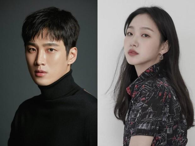 Lộ hình ảnh Kim Go Eun để mái ngố quê một cục, bám đuôi soái ca đầu bết tông lào ở phim mới - Ảnh 9.