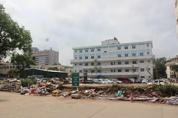 Vì sao Bệnh viện Bạch Mai phá nhà lưu trú cho người nhà bệnh nhân, chặt cây xà cừ tuổi đời trăm năm? - Ảnh 2.