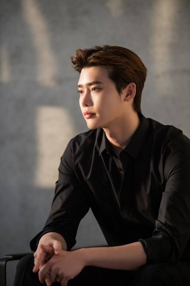 Lee Jong Suk tái xuất màn ảnh sau 2 năm đi quân sự, nhìn qua dàn ekip là biết ngay bom tấn rồi! - Ảnh 1.