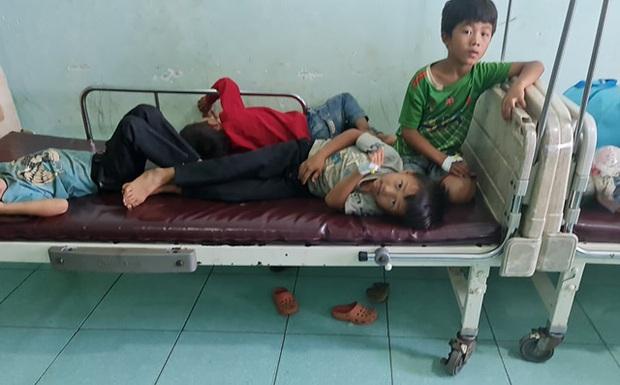 Hơn 100 người cả người lớn, trẻ em nhập viện sau khi ăn cỗ cưới - Ảnh 1.