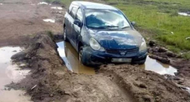 Thấy ô tô bị mắc kẹt giữa vũng bùn, người đi đường nhìn vào trong liền tá hỏa gọi cảnh sát, phanh phui vụ án mạng kinh hoàng - Ảnh 2.