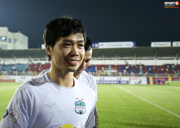 Tại sao Công Phượng từ chối chụp ảnh với fan nữ trước trận HAGL - Hà Nội FC? - Ảnh 1.