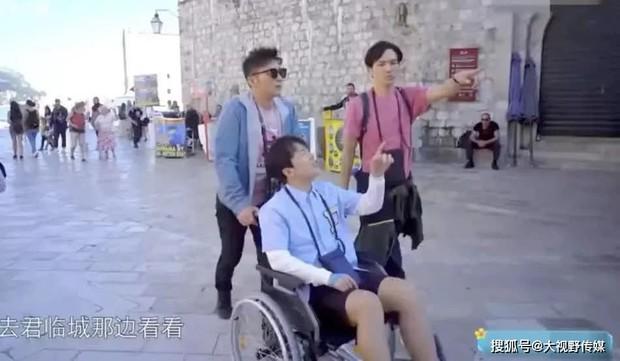 Nam diễn viên 26 tuổi phải ngồi xe lăn để ghi hình vì bệnh gút hành hạ, bác sĩ cảnh báo nhiều người trẻ đang phải đối mặt với căn bệnh này - Ảnh 2.