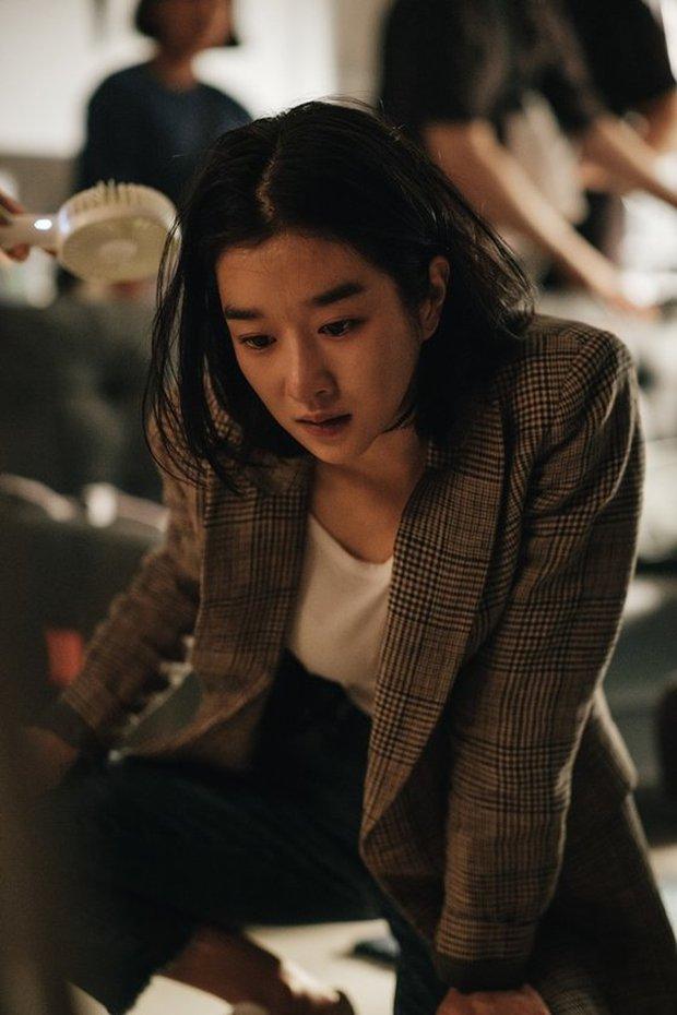 """Hé lộ ảnh hậu trường mới của """"điên nữ"""" Seo Ye Ji, bất chấp phốt vẫn phải công nhận visual đẹp muốn xỉu - Ảnh 4."""