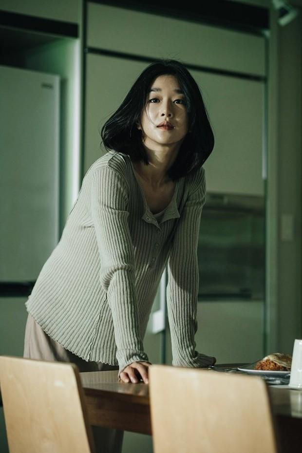 """Hé lộ ảnh hậu trường mới của """"điên nữ"""" Seo Ye Ji, bất chấp phốt vẫn phải công nhận visual đẹp muốn xỉu - Ảnh 5."""