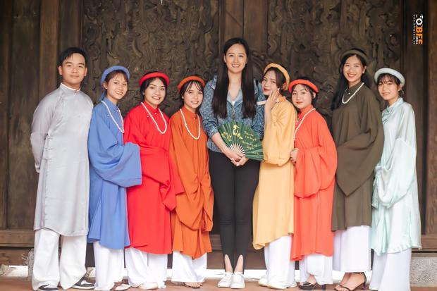 Lớp học may mắn nhất: Đang chụp ảnh kỷ yếu thì Mai Phương Thuý đi ngang qua và thế là có ảnh với hoa hậu - Ảnh 2.
