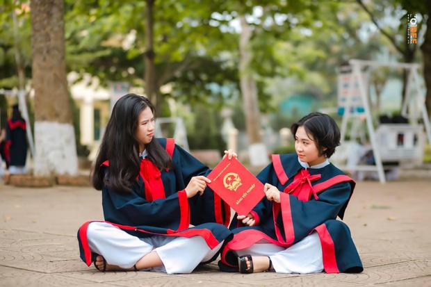 Lớp học may mắn nhất: Đang chụp ảnh kỷ yếu thì Mai Phương Thuý đi ngang qua và thế là có ảnh với hoa hậu - Ảnh 6.