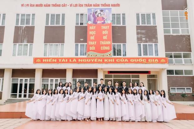 Lớp học may mắn nhất: Đang chụp ảnh kỷ yếu thì Mai Phương Thuý đi ngang qua và thế là có ảnh với hoa hậu - Ảnh 5.