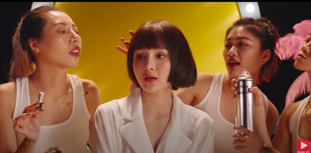Nhan sắc Hiền Hồ trong MV mới với Thiều Bảo Trâm nhìn gượng gạo quá, cả má lẫn môi đều sưng phồng như tượng sáp? - Ảnh 3.