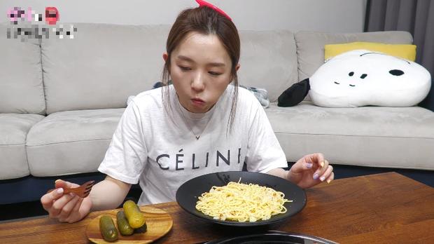 YouTuber Hàn Quốc gây bất ngờ khi ăn pasta bằng đũa nhưng phản ứng của người xem mới là điều đáng ngạc nhiên - Ảnh 3.