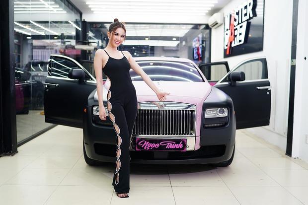 ngoc-trinh-moi-mua-chiec-rolls-royce-ghost-do-black-pink-anh-xuan-hoan-16190967207581094795698.jpeg