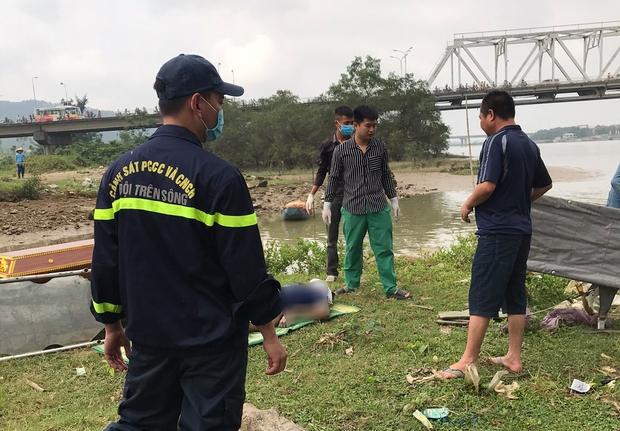 Tìm thấy thi thể nam thanh niên nhảy cầu Bến Thủy 2 - Ảnh 1.