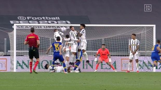 Thảm họa Ronaldo xếp hàng rào chống đá phạt: Cúi đầu che mặt, để mặc bóng bay vào lưới - Ảnh 1.