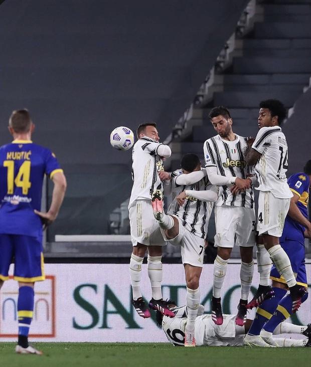 Thảm họa Ronaldo xếp hàng rào chống đá phạt: Cúi đầu che mặt, để mặc bóng bay vào lưới - Ảnh 2.