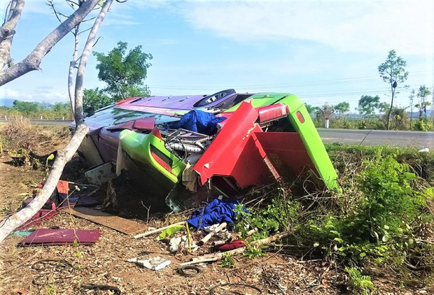 Đắk Lắk: Xe khách bị lật, hơn 30 người thoát chết trong gang tấc - Ảnh 1.