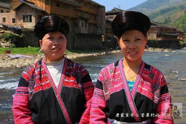 Ngôi làng có nhiều người để tóc dài nhất thế giới: Kỷ lục mái tóc 1,9m, muốn chiêm ngưỡng phải kết hôn và bí quyết sở hữu mái tóc luôn đẹp, luôn thơm - Ảnh 1.
