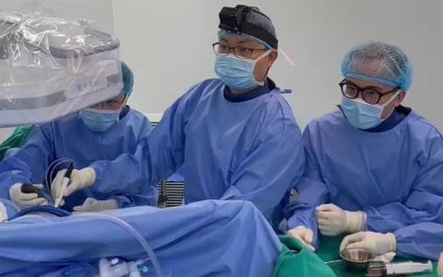 Nội soi lấy hơn 50 viên... sỏi trong khớp háng nữ bệnh nhân - Ảnh 1.