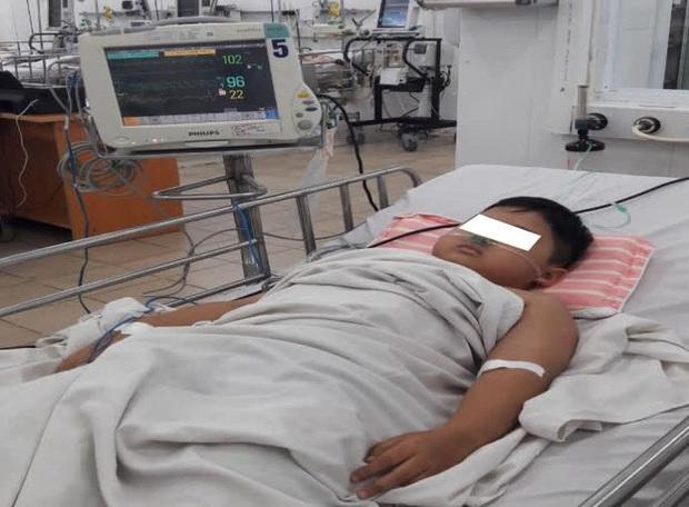 Bé trai 8 tuổi bị ngộ độc nặng khiến máu chuyển từ màu đỏ sang màu nâu, được chuyển 3 viện để cấp cứu - Ảnh 1.