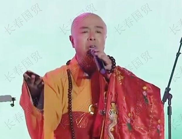 """""""Đường Tăng Từ Thiếu Hoa 63 tuổi phải đi hát nhép, mặc đi mặc lại áo cà sa đi biểu diễn kiếm thêm tiền - Ảnh 2."""