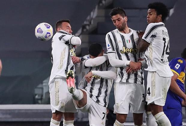Thảm họa Ronaldo xếp hàng rào chống đá phạt: Cúi đầu che mặt, để mặc bóng bay vào lưới - Ảnh 3.
