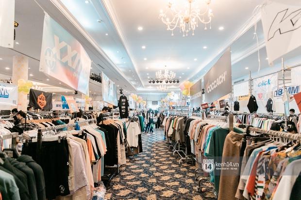 """Bà hàng xóm đội mưa đi thăm thú The New District ở Sài Gòn: Không thiếu trai xinh gái đẹp, chủ shop quần áo nhưng bán """"than"""" vì ế - Ảnh 1."""