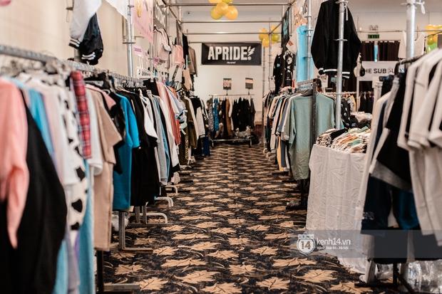 """Bà hàng xóm đội mưa đi thăm thú The New District ở Sài Gòn: Không thiếu trai xinh gái đẹp, chủ shop quần áo nhưng bán """"than"""" vì ế - Ảnh 2."""
