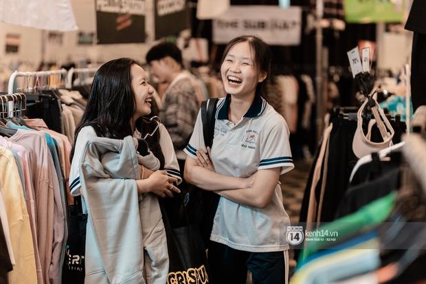 """Bà hàng xóm đội mưa đi thăm thú The New District ở Sài Gòn: Không thiếu trai xinh gái đẹp, chủ shop quần áo nhưng bán """"than"""" vì ế - Ảnh 13."""