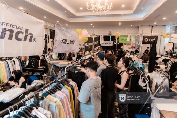 """Bà hàng xóm đội mưa đi thăm thú The New District ở Sài Gòn: Không thiếu trai xinh gái đẹp, chủ shop quần áo nhưng bán """"than"""" vì ế - Ảnh 12."""