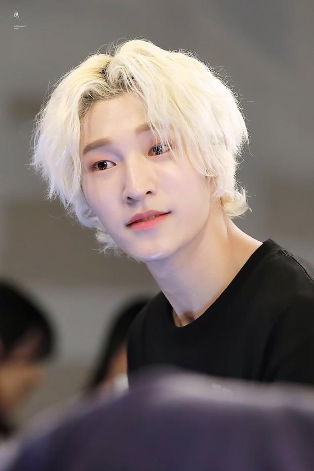 Idol Hàn Quốc nuôi tóc giấu mặt từ lúc debut, đến khi nổi tiếng muốn cắt tóc nhưng sợ fan không nhận ra - Ảnh 7.