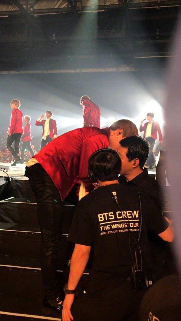 Jimin (BTS) ngã đến choáng váng nằm dài ra sân khấu, thái độ chuyên nghiệp sau đó khiến fan nể phục - Ảnh 4.