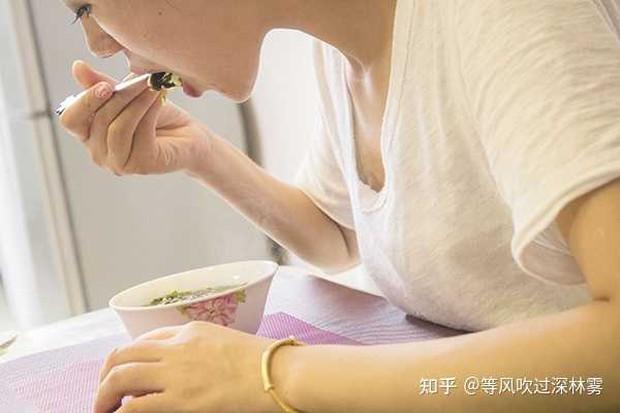 Cô gái 29 tuổi bị viêm loét dạ dày vì thói quen bỏ bữa tối nhiều người thường làm khi giảm cân - Ảnh 1.