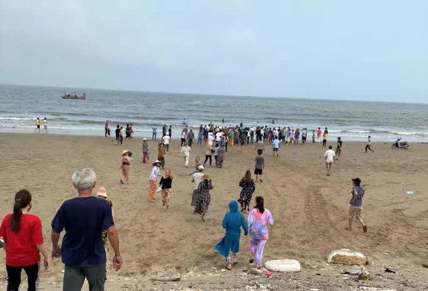 8 học sinh lớp 6 đi tắm biển, 4 em chết đuối và mất tích - Ảnh 1.
