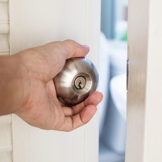 4 lý do cho thấy mở cửa phòng ngủ vào ban đêm là sai lầm - Ảnh 2.