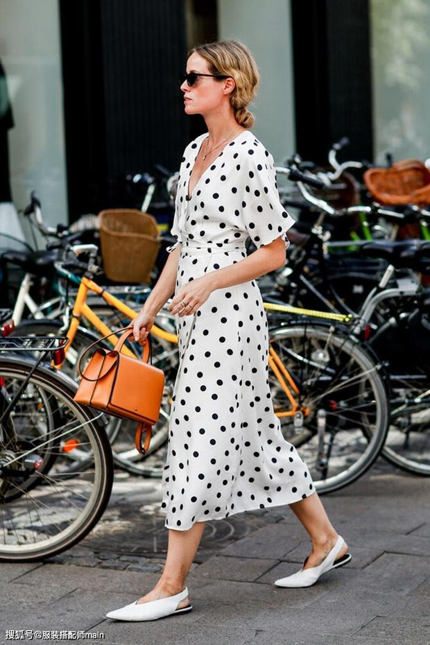 Váy quấn hack dáng vi diệu lắm, nhưng nếu không biết chiêu mặc đẹp này từ gái Pháp thì chưa 100% duyên dáng rồi! - Ảnh 7.