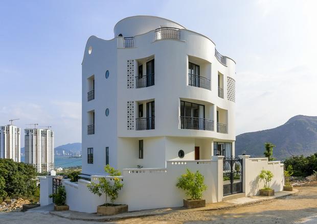 Con trai xây villa 310m2 cho gia đình 4 thế hệ, địa thế lưng tựa núi, mặt hướng biển đạt tiêu chuẩn vàng trong phong thuỷ - Ảnh 2.
