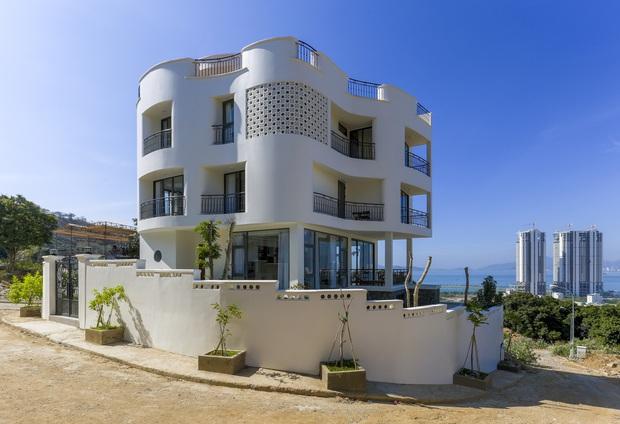 Con trai xây villa 310m2 cho gia đình 4 thế hệ, địa thế lưng tựa núi, mặt hướng biển đạt tiêu chuẩn vàng trong phong thuỷ - Ảnh 1.