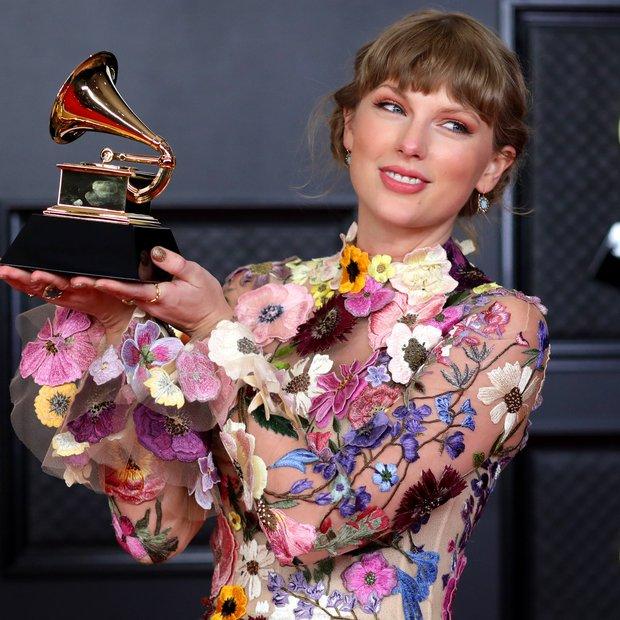 Taylor Swift đúng là chuyên gia lượm Grammy, đến anh nhà Joe Alwyn cũng thơm lây có ngay 1 chiếc rồi! - Ảnh 1.