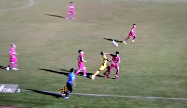 Cầu thủ Sài Gòn FC thoát thẻ đỏ khi đánh thẳng mặt đối thủ, Quảng Nam ngược dòng chỉ với 10 người - Ảnh 1.