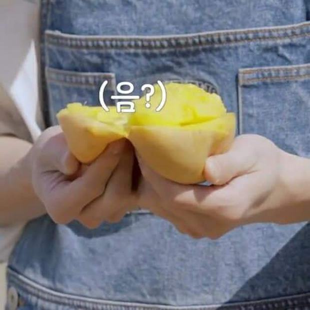 """Nam idol nhà SM """"gọt"""" xoài be bét khiến dân tình phát bực vì lãng phí, fan vào giải thích thì càng gây hoang mang hơn - Ảnh 1."""