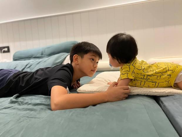 Khoảnh khắc cưng xỉu của 2 nhóc tỳ hot nhà Cường Đô La: Suchin làm gì mà anh trai Subeo phải ngơ ngác thế này? - Ảnh 5.