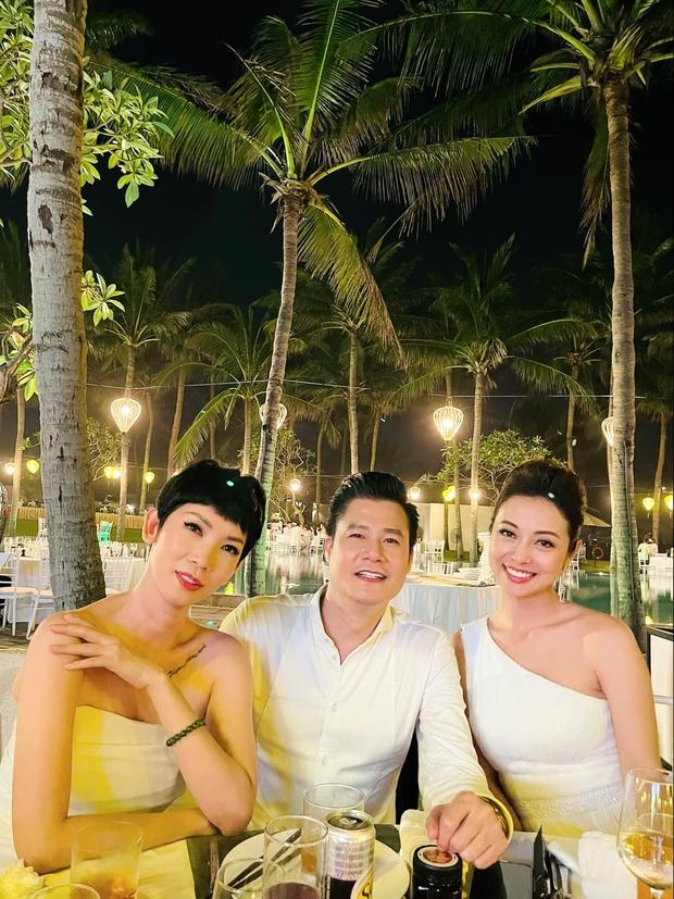 Bức ảnh gây sốt vì 1 bầu trời văn minh: Quang Dũng vui vẻ chụp ảnh cùng cả vợ cũ Jennifer Phạm và tình cũ Thanh Thảo - Ảnh 3.