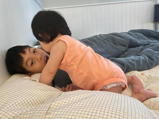Khoảnh khắc cưng xỉu của 2 nhóc tỳ hot nhà Cường Đô La: Suchin làm gì mà anh trai Subeo phải ngơ ngác thế này? - Ảnh 3.