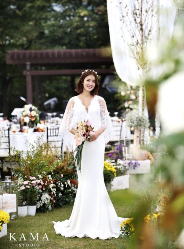 Mới sáng ra mỹ nhân Vườn Sao Băng Lee Si Young đã lên top Naver, tất cả là vì đôi dép xấu lạ nhưng giá tận 20 triệu? - Ảnh 7.