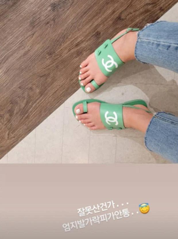 Mới sáng ra mỹ nhân Vườn Sao Băng Lee Si Young đã lên top Naver, tất cả là vì đôi dép xấu lạ nhưng giá tận 20 triệu? - Ảnh 4.
