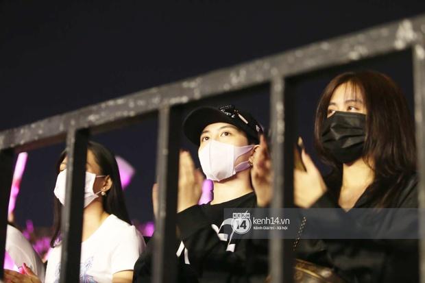 Tóm ngay Hoàng Thùy Linh - Gil Lê rủ nhau hẹn hò ở liveshow Mỹ Tâm, diện đồ đen toàn tập quẩy rất nghiêm chỉnh - Ảnh 3.