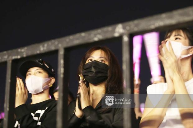 Tóm ngay Hoàng Thùy Linh - Gil Lê rủ nhau hẹn hò ở liveshow Mỹ Tâm, diện đồ đen toàn tập quẩy rất nghiêm chỉnh - Ảnh 4.
