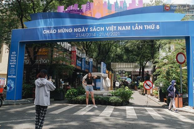 Ảnh: Người Sài Gòn vẫn chủ quan, không đeo khẩu trang nơi công cộng trước nguy cơ bùng dịch Covid-19 - Ảnh 10.