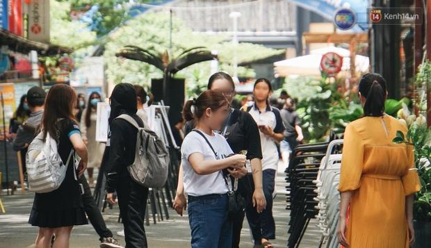 Ảnh: Người Sài Gòn vẫn chủ quan, không đeo khẩu trang nơi công cộng trước nguy cơ bùng dịch Covid-19 - Ảnh 7.